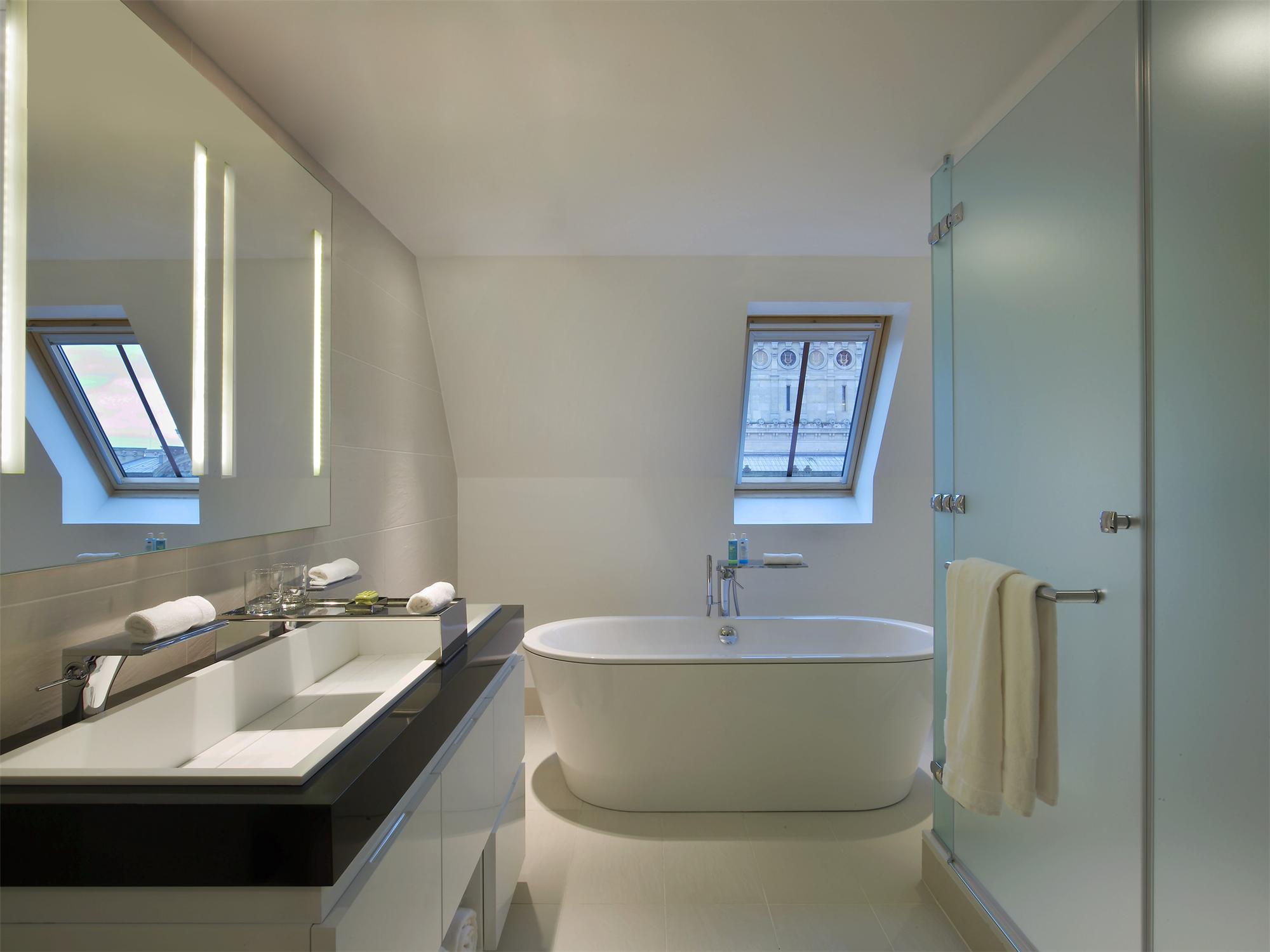 WOW Suite Bathroom W Paris